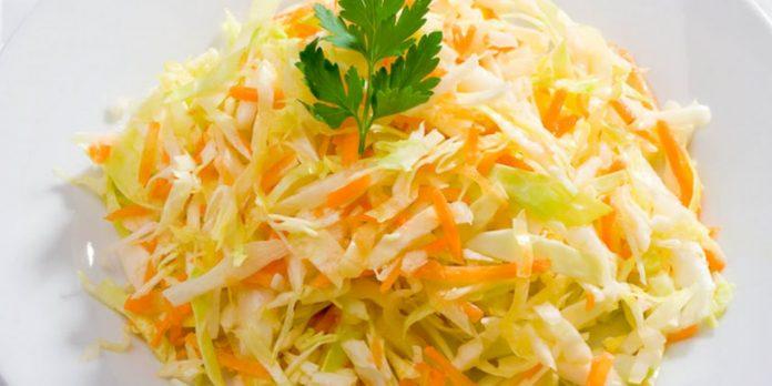 салат витаминный из капусты и моркови с уксусом и огурцом