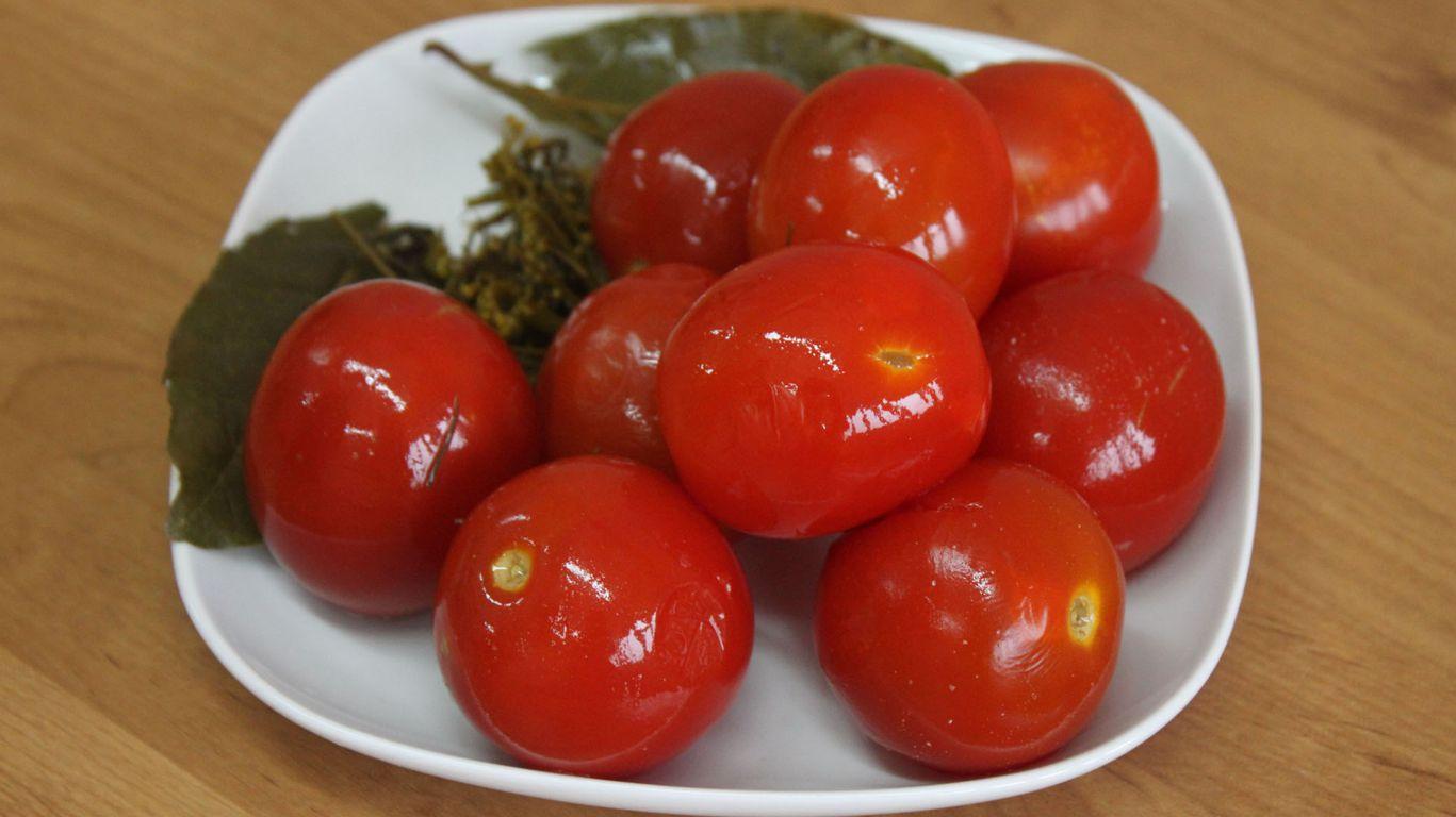 Маринованные помидоры на тарелке