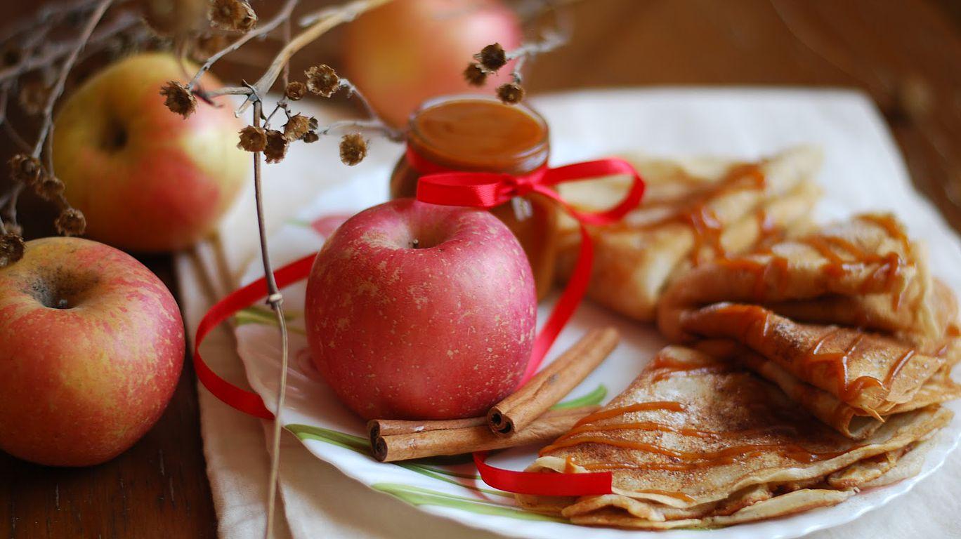 Блины с яблоками и корицей