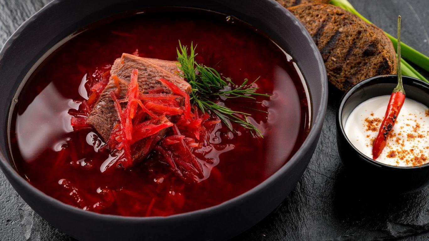 Домашний красный борщ в тарелке
