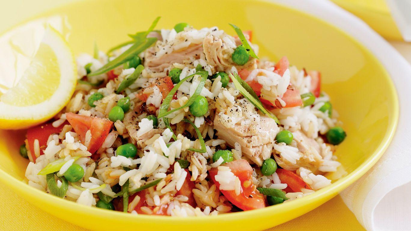 Салат с горошком, сыром, тунцом и рисом