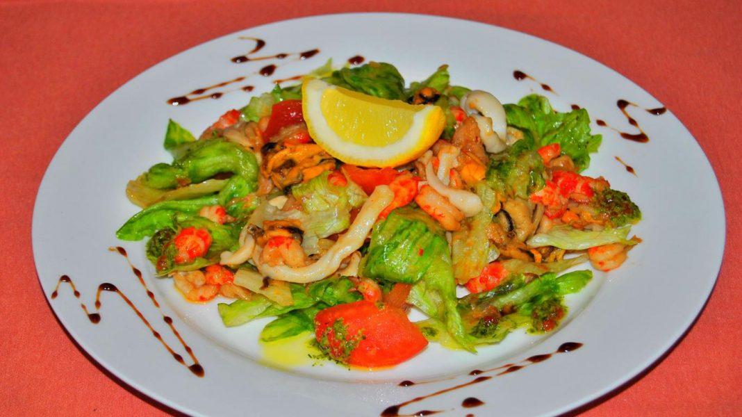 Салат из мидий и кальмаров