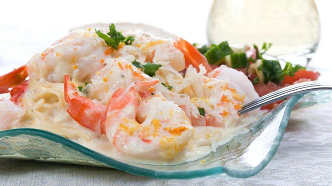 Салат с кальмарами и красной рыбой