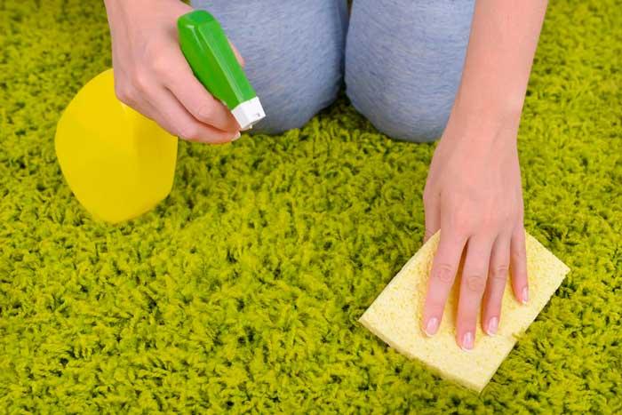 Как вывести пятно от чая на ковре с помощью уксуса?